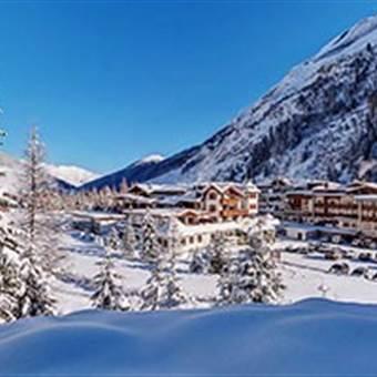 Hotel in Winterlandschaft bei klarem Himmel