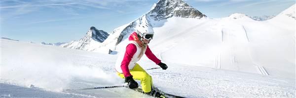Skifahrerin im Detail vor Berglandschaft