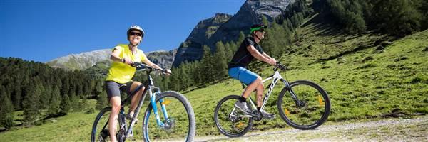 Paar beim Mountainbiken im Sommer