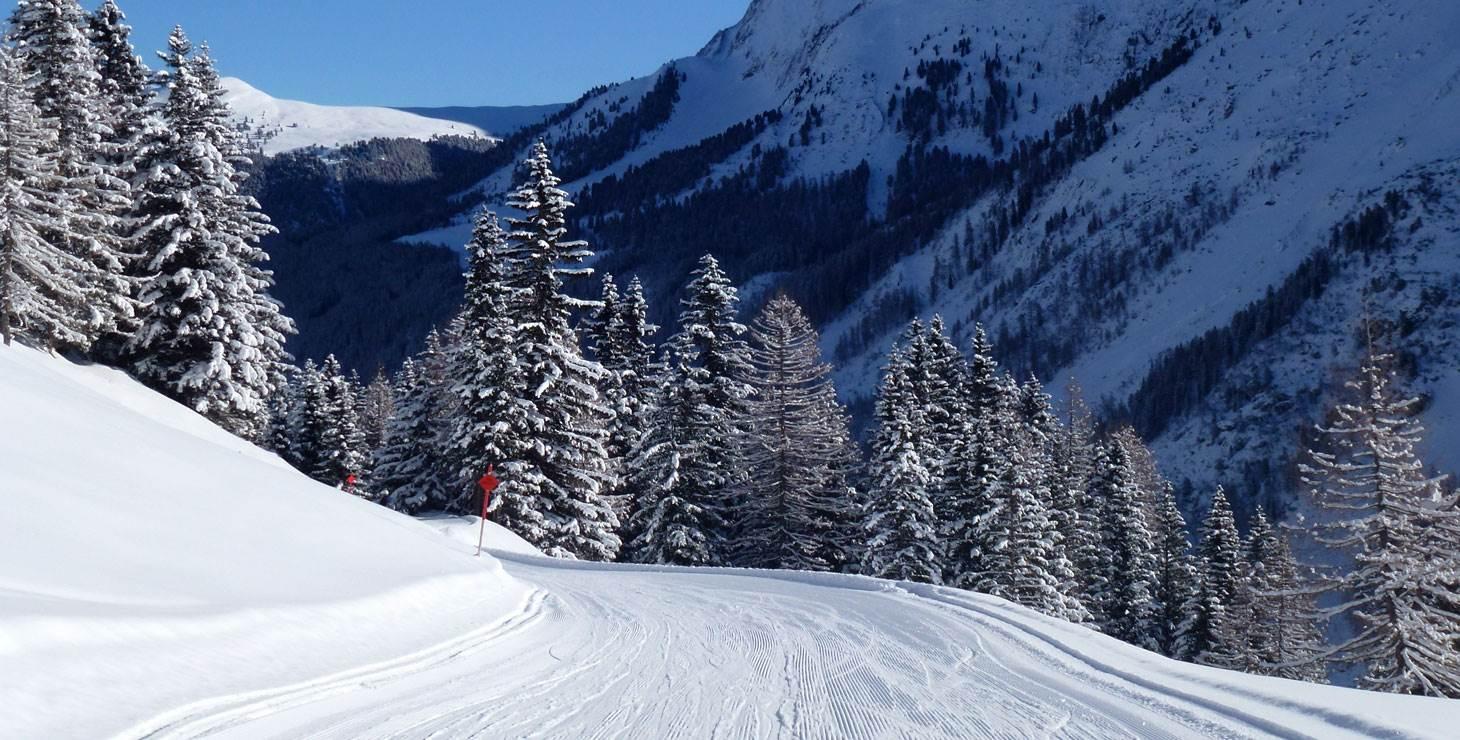 Skiabfahrt vor Berglandschaft