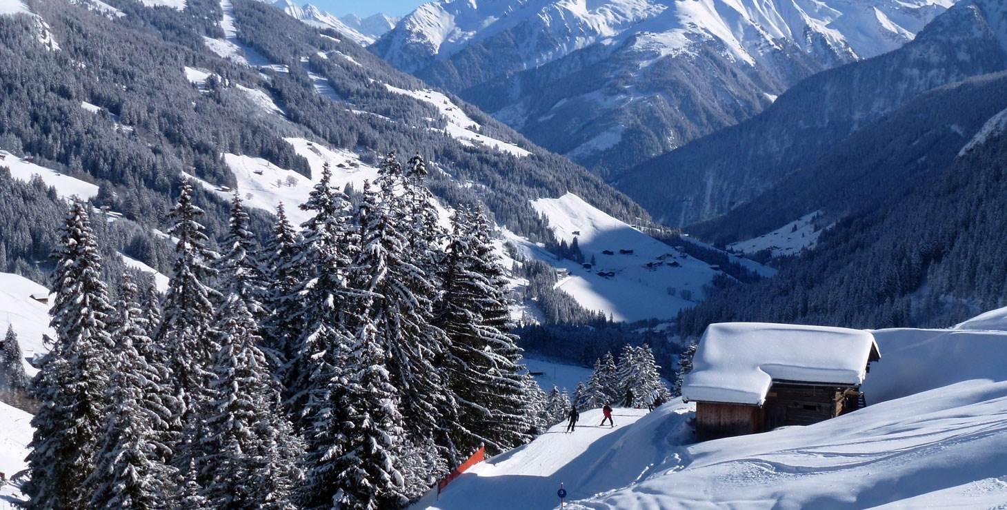 Berghütte mit Skifahrer in Winterlandschaft