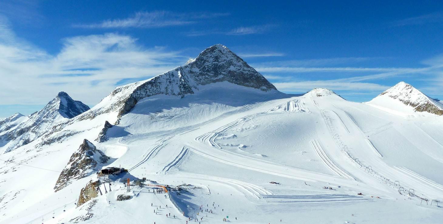 Skiabfahrten vor Berglandschaft