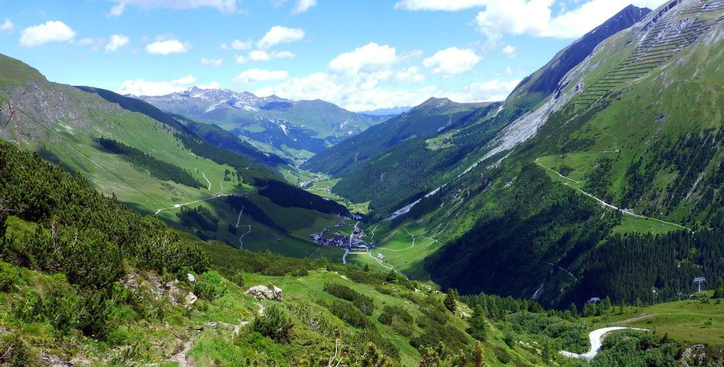 Berglandschaft im Sommer mit Blick ins Tal