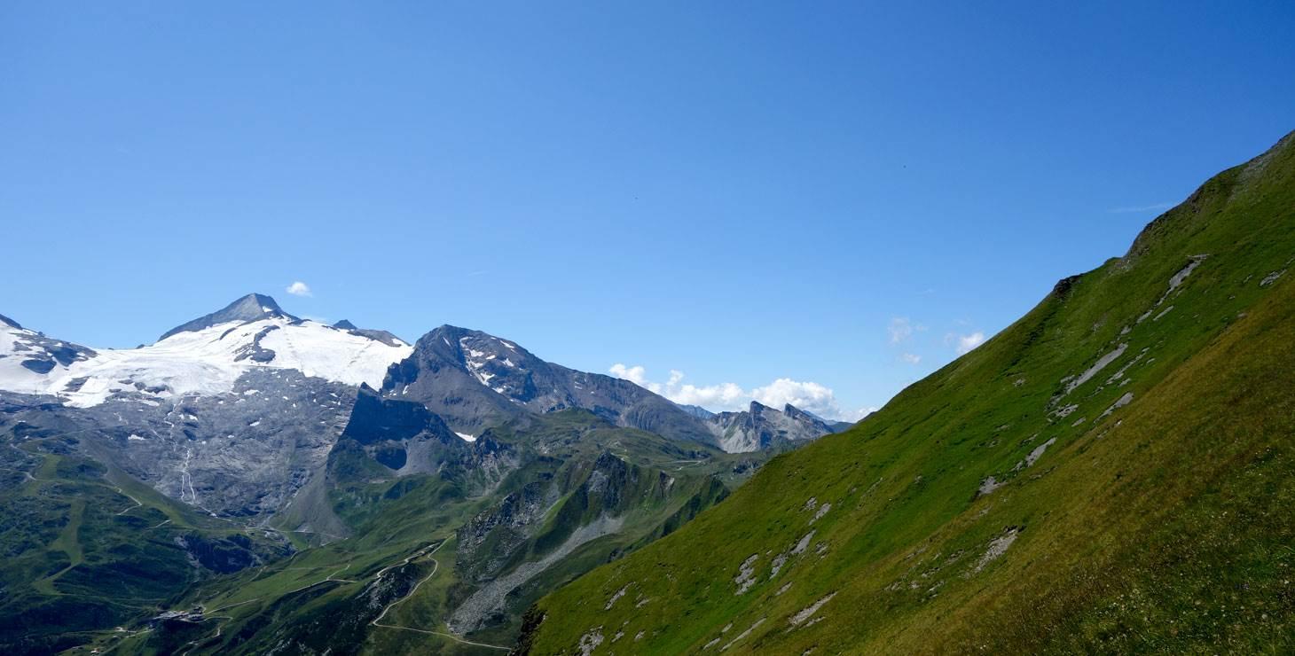 Berglandschaft mit Wiese
